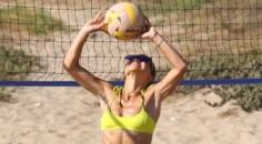 Camila Coelho Sarı Bikinisiyle Malibu'da plajların Gözdesi oldu!