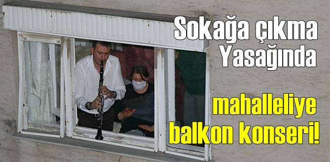 İzmir'de Sokağa çıkma Yasağında, mahalleliye balkondan moral konseri