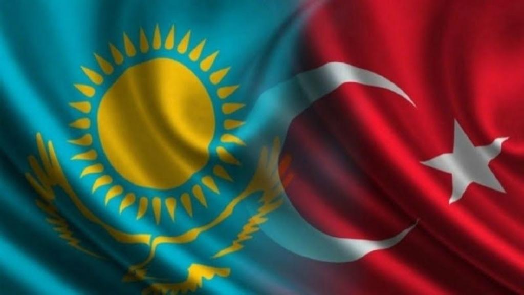 """Avrasya coğrafyasının merkezinde yer alan Kazakistan'daki gelişmeler Türkiye açısından büyük önem taşıyor. Bağımsızlığının ardından geçen yaklaşık 30 yıllık sürede bölgesinde özgün bir konuma yükselen Kazakistan Cumhuriyeti, Türkiye'nin etkili bir stratejik ortağı olmanın yanı sıra, Türk dünyasının bütünleşme kararlarında da bugüne kadar öncü bir rol oynadı. Bu sebeple 10 Ocak 2021 tarihinde gerçekleşecek parlamento seçimleri Kazakistan'ın yeni yol haritasında önemli bir nokta teşkil ediyor. Yeni Cumhurbaşkanı Tokayev döneminde dikkat çeken en önemli husus ise hayatın her alanına dokunabilecek reform ve yenileşme çabaları. Cumhurbaşkanı Kasım Cömert Tokayev 1 Eylül 2020'de """"Yeni bir gerçek karşısında Kazakistan: Eylem zamanı"""" başlıklı konuşmasında şöyle demişti: """"Biz bir yerde durmuyoruz. Siyasi sistemimizi yavaş yavaş yeni duruma adapte ediyoruz. Toplumumuzun siyasi reformlara ihtiyacı var, bu yüzden kesinlikle devam edeceğiz. Demokrasinin ana düşmanları cehalet ve popülizmdir. Bu gerçek dikkate alınmalıdır. Bu reformların ve değişikliklerin başarılı bir şekilde uygulanması, hepimizin birliğine, vatanseverliğine ve yurttaşlık sorumluluğuna bağlıdır"""". Kazakistan'ın siyasi, idari, ekonomik ve benzeri alanlarda elde edeceği reformun neticeleri, iki ülke ilişkileri kadar, Türk dünyasının gelecek vizyonu bakımından da sembolik bir anlam taşıyor. Yeni Cumhurbaşkanı Tokayev döneminde dikkat çeken en önemli husus ise hayatın her alanına dokunabilecek reform ve yenileşme çabaları. Siyasi reform konusunun aslında Cumhurbaşkanı Tokayev'in göreve gelişiyle bizzat ilgisi bulunuyor. Zira kurucu Cumhurbaşkanı Nursultan Nazarbayev'in 19 Mart 2019'daki görevi bırakma kararının ardından bu sorumluluğu üstlenen ve 10 Haziran 2019'da ülkenin ikinci cumhurbaşkanı seçilen Tokayev, ülkesinde """"elbaşı"""" konumuna gelen Nazarbayev'in başlattığı reform hamlesinin devamını getiriyor. Siyasi reformlar test edilecek Siyasi reform konusunun aslında Cumhurbaşkanı Tokayev'in göreve gelişiyle bizzat """